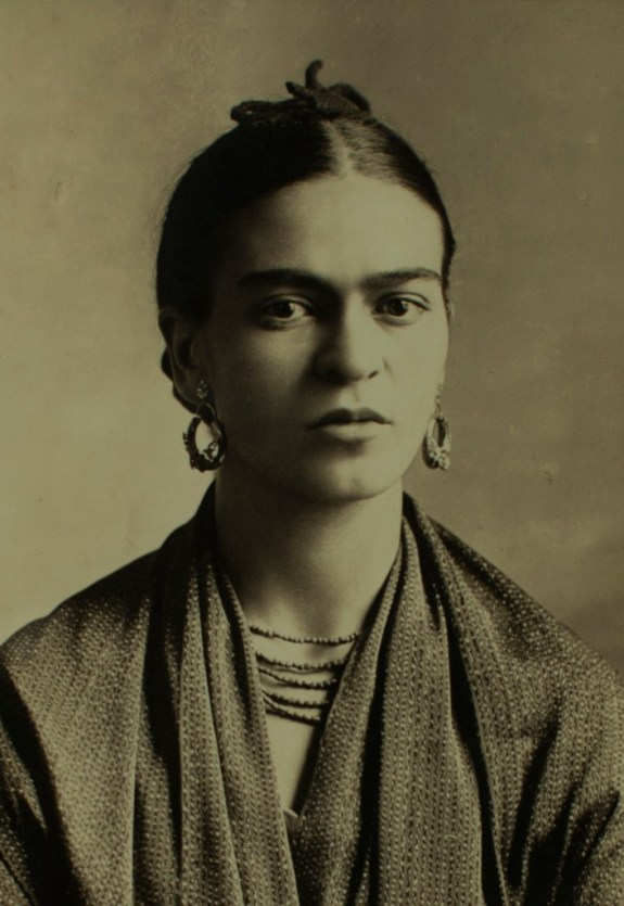 Frida-Kahlo-1932-fotografia-di-Guillermo-Kahlo-Alamy-Archives
